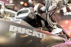 ΜΠΑΝΓΚΟΚ - 10 Δεκεμβρίου: Λογότυπο της μοτοσικλέτας Ducati στην επίδειξη Στοκ Φωτογραφίες