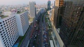 ΜΠΑΝΓΚΟΚ - 5 ΜΑΐΟΥ: εναέρια τοπ άποψη του αυτοκινήτου κυκλοφορίας και οχημάτων στον οδικό τρόπο στην περιοχή πόλεων της Μπανγκόκ  απόθεμα βίντεο