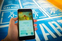 ΜΠΑΝΓΚΟΚ, ΤΑΪΛΑΝΔΗ â€ «12.2016 Αυγούστου: Το Pokemon πηγαίνει κινητό παιχνίδι app Στοκ Φωτογραφία