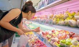 ΜΠΑΝΓΚΟΚ, ΤΑΪΛΑΝΔΗ - 28 ΑΠΡΙΛΊΟΥ: Απροσδιόριστος θηλυκά καταστήματα πελατών για τα μήλα στην υπεραγορά Foodland στη Μπανγκόκ στις στοκ φωτογραφίες με δικαίωμα ελεύθερης χρήσης
