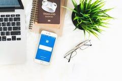 ΜΠΑΝΓΚΟΚ, ΤΑΪΛΑΝΔΗ - 24 Απριλίου 2017: Εικονίδια Facebook οθόνης σύνδεσης στη Apple IPhone μεγαλύτερη και δημοφιλέστερη κοινωνική Στοκ φωτογραφία με δικαίωμα ελεύθερης χρήσης