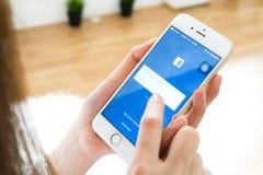 ΜΠΑΝΓΚΟΚ, ΤΑΪΛΑΝΔΗ - 30 Απριλίου 2017: Εικονίδια Facebook οθόνης σύνδεσης στη Apple IPhone μεγαλύτερη και δημοφιλέστερη κοινωνική Στοκ εικόνα με δικαίωμα ελεύθερης χρήσης