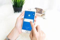 ΜΠΑΝΓΚΟΚ, ΤΑΪΛΑΝΔΗ - 30 Απριλίου 2017: Εικονίδια Facebook οθόνης σύνδεσης στη Apple IPhone μεγαλύτερη και δημοφιλέστερη κοινωνική Στοκ εικόνες με δικαίωμα ελεύθερης χρήσης