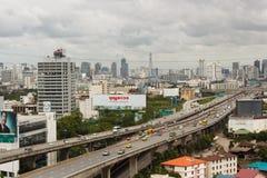 ΜΠΑΝΓΚΟΚ ΤΑΪΛΑΝΔΗ - 9 ΑΥΓΟΎΣΤΟΥ 2014: Η άποψη πόλεων από το κτήριο, μπορεί να δει στον τομέα Α των οδών ταχείας κυκλοφορίας αρουρ Στοκ φωτογραφία με δικαίωμα ελεύθερης χρήσης