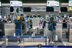 ΜΠΑΝΓΚΟΚ, ΤΑΪΛΑΝΔΗ - 26 ΑΥΓΟΎΣΤΟΥ: Οι επιβάτες υπογράφουν κατά την άφιξη στον αέρα της Eva στο διεθνή αερολιμένα Suvarnabhumi στη Στοκ φωτογραφία με δικαίωμα ελεύθερης χρήσης