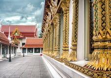 ΜΠΑΝΓΚΟΚ, ΤΑΪΛΑΝΔΗ - 26 ΑΥΓΟΎΣΤΟΥ: Οι περίπλοκα διακοσμημένοι στυλοβάτες βάζουν επάνω σε μια σειρά στο ναό Wat Chanasongkhram στη Στοκ εικόνα με δικαίωμα ελεύθερης χρήσης