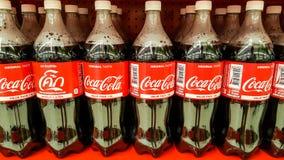 ΜΠΑΝΓΚΟΚ, ΤΑΪΛΑΝΔΗ - 14 ΔΕΚΕΜΒΡΊΟΥ 2017: Πλαστικά μπουκάλια της κόκας Γ Στοκ εικόνα με δικαίωμα ελεύθερης χρήσης
