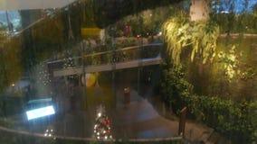 ΜΠΑΝΓΚΟΚ, ΤΑΪΛΑΝΔΗ - 18 ΔΕΚΕΜΒΡΊΟΥ 2018 το εμπορικό κέντρο πολυτέλειας Emquartier Σχέδιο της λεωφόρου, πράσινο περιβαλλοντικά φιλμ μικρού μήκους
