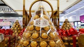ΜΠΑΝΓΚΟΚ, ΤΑΪΛΑΝΔΗ - 14 ΔΕΚΕΜΒΡΊΟΥ 2017: Ferrero Rocher, ένα chocola Στοκ Εικόνες
