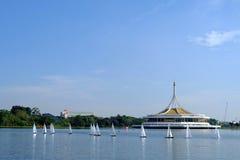 ΜΠΑΝΓΚΟΚ, ΤΑΪΛΑΝΔΗ - 14 ΔΕΚΕΜΒΡΊΟΥ: Sailboat τηλεχειρισμού Regatta βασιλιάδων που συναγωνίζεται σε Suanluang RAMA ΙΧ, Ταϊλάνδη Στ Στοκ Εικόνα