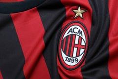 ΜΠΑΝΓΚΟΚ, ΤΑΪΛΑΝΔΗ - 13 ΙΟΥΛΊΟΥ: Το λογότυπο της λέσχης ποδοσφαίρου εναλλασσόμενου ρεύματος Μιλάνο Στοκ φωτογραφία με δικαίωμα ελεύθερης χρήσης