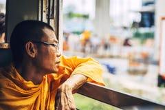 ΜΠΑΝΓΚΟΚ, ΤΑΪΛΑΝΔΗ - 16 ΙΟΥΝΊΟΥ: Ένας μη αναγνωρισμένος μοναχός που φαίνεται έξω θόριο Στοκ εικόνες με δικαίωμα ελεύθερης χρήσης
