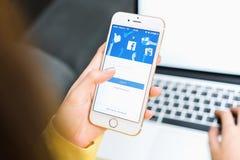 ΜΠΑΝΓΚΟΚ, ΤΑΪΛΑΝΔΗ - 30 Μαΐου 2017: Εικονίδια Facebook οθόνης σύνδεσης στη Apple IPhone μεγαλύτερη και δημοφιλέστερη κοινωνική πε Στοκ εικόνες με δικαίωμα ελεύθερης χρήσης