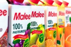 ΜΠΑΝΓΚΟΚ, ΤΑΪΛΑΝΔΗ - 27 ΜΑΐΟΥ 2019: Παστεριωμένοι χυμοί φρούτων Malee 100% που παρατάσσονται στο ψυγείο στοκ εικόνα με δικαίωμα ελεύθερης χρήσης