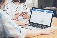 ΜΠΑΝΓΚΟΚ, ΤΑΪΛΑΝΔΗ - 5 Μαρτίου 2017: Εικονίδια Facebook οθόνης σύνδεσης στη Apple Macbook μεγαλύτερη και δημοφιλέστερη κοινωνική  Στοκ Εικόνες