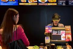 ΜΠΑΝΓΚΟΚ, ΤΑΪΛΑΝΔΗ - 5 ΝΟΕΜΒΡΊΟΥ: Ένας υπάλληλος γρήγορου φαγητού παίρνει ord Στοκ Εικόνες