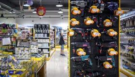 ΜΠΑΝΓΚΟΚ, ΤΑΪΛΑΝΔΗ - 22 ΟΚΤΩΒΡΊΟΥ: Ο κ. Επιδείξεις καταστημάτων υλικού DIY Στοκ φωτογραφία με δικαίωμα ελεύθερης χρήσης