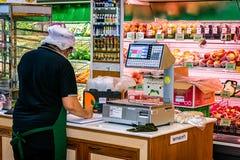 ΜΠΑΝΓΚΟΚ, ΤΑΪΛΑΝΔΗ - 15 ΟΚΤΩΒΡΊΟΥ: Ο υπάλληλος παρακολουθεί του εφευρέτη Στοκ Φωτογραφία