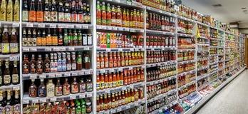 ΜΠΑΝΓΚΟΚ, ΤΑΪΛΑΝΔΗ - 18 ΟΚΤΩΒΡΊΟΥ: Ράφια στην υπεραγορά Foodland Στοκ Εικόνα