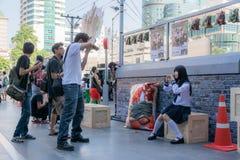 Το χαριτωμένο ταϊλανδικό cosplayer ντύνει ως ιαπωνική τοποθέτηση μαθητριών για με Στοκ φωτογραφία με δικαίωμα ελεύθερης χρήσης