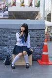 Το χαριτωμένο ταϊλανδικό cosplayer ντύνει ως ιαπωνική τοποθέτηση μαθητριών Στοκ Φωτογραφία