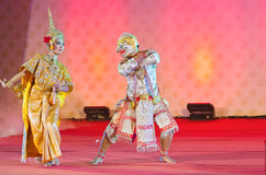 ΜΠΑΝΓΚΟΚ, ΤΑΪΛΑΝΔΗ - ΣΤΙΣ 15 ΙΑΝΟΥΑΡΊΟΥ: Ταϊλανδικό παραδοσιακό φόρεμα. δράστες π Στοκ Εικόνα