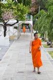 ΜΠΑΝΓΚΟΚ, ΤΑΪΛΑΝΔΗ - ΤΟΝ ΑΎΓΟΥΣΤΟ ΤΟΥ 2015 CIRCA: Βουδιστικοί περίπατοι μοναχών έξω από το ναό στη Μπανγκόκ στοκ φωτογραφία με δικαίωμα ελεύθερης χρήσης