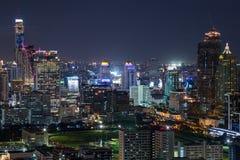 ΜΠΑΝΓΚΟΚ, ΤΑΪΛΑΝΔΗ - ΤΟΝ ΑΎΓΟΥΣΤΟ ΤΟΥ 2015 CIRCA: Ορίζοντας της Μπανγκόκ, Ταϊλάνδη τή νύχτα στοκ φωτογραφίες