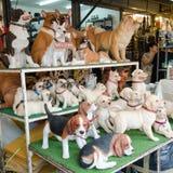 ΜΠΑΝΓΚΟΚ, ΤΑΪΛΑΝΔΗ - 19 ΦΕΒΡΟΥΑΡΊΟΥ 2017: Πώληση του κεραμικού σκυλιού για το Δεκέμβριο Στοκ Φωτογραφία