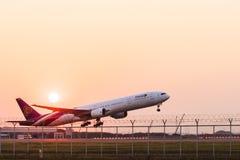 ΜΠΑΝΓΚΟΚ ΤΑΪΛΑΝΔΗ - 11 ΦΕΒΡΟΥΑΡΊΟΥ: ταϊλανδικό αεροπλάνο εναέριων διαδρόμων που φθάνει και Στοκ Εικόνες