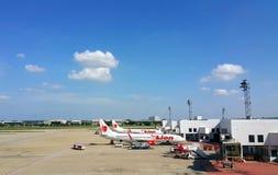ΜΠΑΝΓΚΟΚ, ΤΑΪΛΑΝΔΗ - NOVEMBER01, 2015: Αέρα λιονταριών του Boeing 737-900 τον ταϊλανδικό που σταθμεύουν φορά το διεθνή αερολιμένα στοκ φωτογραφίες με δικαίωμα ελεύθερης χρήσης