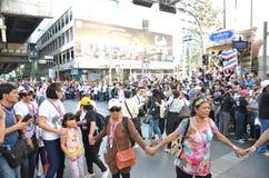 ΜΠΑΝΓΚΟΚ - ΤΟΝ ΙΑΝΟΥΆΡΙΟ ΤΟΥ 2014: Μη αναγνωρισμένοι ταϊλανδικοί διαμαρτυρόμενοι που περπατούν κατά μήκος του δρόμου στοκ φωτογραφία
