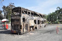 Μπανγκόκ/Ταϊλάνδη - 12 02 2013: Ένα λεωφορείο και ένα δύο αποκτημένο φορτηγά σύνολο στην πυρκαγιά στο δρόμο Ramkhamhaeng Στοκ Εικόνα