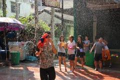 Μπανγκόκ, Ταϊλάνδη - 15 Απριλίου: Πάλη νερού στο ταϊλανδικό νέο έτος φεστιβάλ Songkran στις 15 Απριλίου 2011 στο soi Kraisi, Μπαν Στοκ εικόνα με δικαίωμα ελεύθερης χρήσης