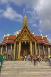 Μπανγκόκ, Ταϊλάνδη - 29 Απριλίου 2014 Τουρίστες στο Wat Phra Kaew, ναός του σμαραγδένιου Βούδα, Μπανγκόκ, Ταϊλάνδη στοκ φωτογραφία με δικαίωμα ελεύθερης χρήσης