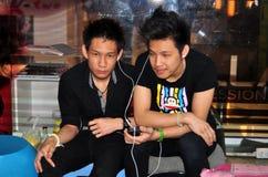Μπανγκόκ, Ταϊλάνδη: Δύο μοντέρνες ταϊλανδικές νεολαίες Στοκ Εικόνες