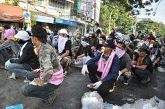 Μπανγκόκ/Ταϊλάνδη - 12 02 2013: Η ταραχή διαμαρτυρομένων και παίρνει το μητροπολιτικό HQ σπιτιών αστυνομίας Στοκ Εικόνες