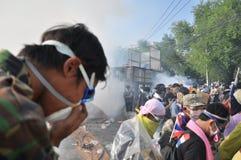 Μπανγκόκ/Ταϊλάνδη - 12 02 2013: Η ταραχή διαμαρτυρομένων και παίρνει το μητροπολιτικό HQ σπιτιών αστυνομίας Στοκ φωτογραφία με δικαίωμα ελεύθερης χρήσης