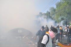 Μπανγκόκ/Ταϊλάνδη - 12 02 2013: Η ταραχή διαμαρτυρομένων και παίρνει το μητροπολιτικό HQ σπιτιών αστυνομίας Στοκ εικόνα με δικαίωμα ελεύθερης χρήσης
