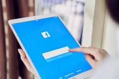 Μπανγκόκ, Ταϊλάνδη - 12 Ιουνίου 2018: το χέρι πιέζει την οθόνη Facebook στο μήλο ipad υπέρ, κοινωνικός Στοκ εικόνα με δικαίωμα ελεύθερης χρήσης