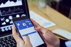 Μπανγκόκ, Ταϊλάνδη - 12 Ιουνίου 2018: το χέρι πιέζει την οθόνη Facebook στο μήλο iphone6, κοινωνικό Στοκ Εικόνες