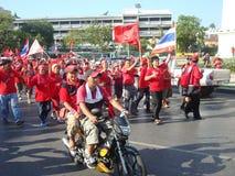 Μπανγκόκ/Ταϊλάνδη - 03 14 2010: Κόκκινη διαμαρτυρία πουκάμισων ενάντια στο gouvernment στο μνημείο δημοκρατίας Στοκ Εικόνα