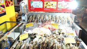 Μπανγκόκ, Ταϊλάνδη - 3 Μαΐου 2018: Γαρίδες, οστρακόδερμα, ψάρια, καβούρι και αστακός προθηκών στον πάγο στα τρόφιμα οδών Chinatow απόθεμα βίντεο