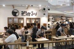 2108/9/02 Μπανγκόκ, Ταϊλάνδη: Πολλοί άνθρωποι απολαμβάνουν το caffee α στοκ εικόνα