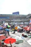 Μπανγκόκ/Ταϊλάνδη - 01 13 2014: Τα κίτρινα πουκάμισα εμποδίζουν Asok ως τμήμα της λειτουργίας της Μπανγκόκ ` κλεισίματος ` Στοκ φωτογραφίες με δικαίωμα ελεύθερης χρήσης