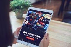 Μπανγκόκ, Ταϊλάνδη - 21 Φεβρουαρίου 2018: Netflix app στην οθόνη ταμπλετών Το Netflix είναι διεθνής κορυφαία υπηρεσία συνδρομής Στοκ Φωτογραφία