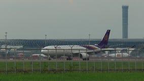 Μπανγκόκ Ταϊλάνδη - september29,2018: το ταϊλανδικό αεροπλάνο εναέριων διαδρόμων έφθασε στον αερολιμένα suvarnabhumi, thaiairway  απόθεμα βίντεο