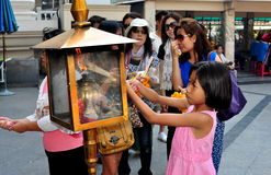 Μπανγκόκ, Ταϊλάνδη: Ραβδιά θυμιάματος Lighing μικρών κοριτσιών Στοκ φωτογραφίες με δικαίωμα ελεύθερης χρήσης