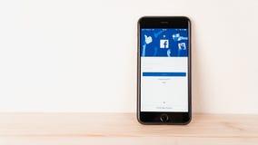 Μπανγκόκ, Ταϊλάνδη - 23 Αυγούστου 2017: Εικονίδια Facebook οθόνης σύνδεσης στη Apple IPhone μεγαλύτερη και δημοφιλέστερη κοινωνικ Στοκ Εικόνες