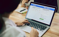 Μπανγκόκ, Ταϊλάνδη - 23 Αυγούστου 2017: Εικονίδια Facebook οθόνης σύνδεσης στο μήλο macbook υπέρ μεγαλύτερη και δημοφιλέστερη κοι στοκ φωτογραφίες με δικαίωμα ελεύθερης χρήσης